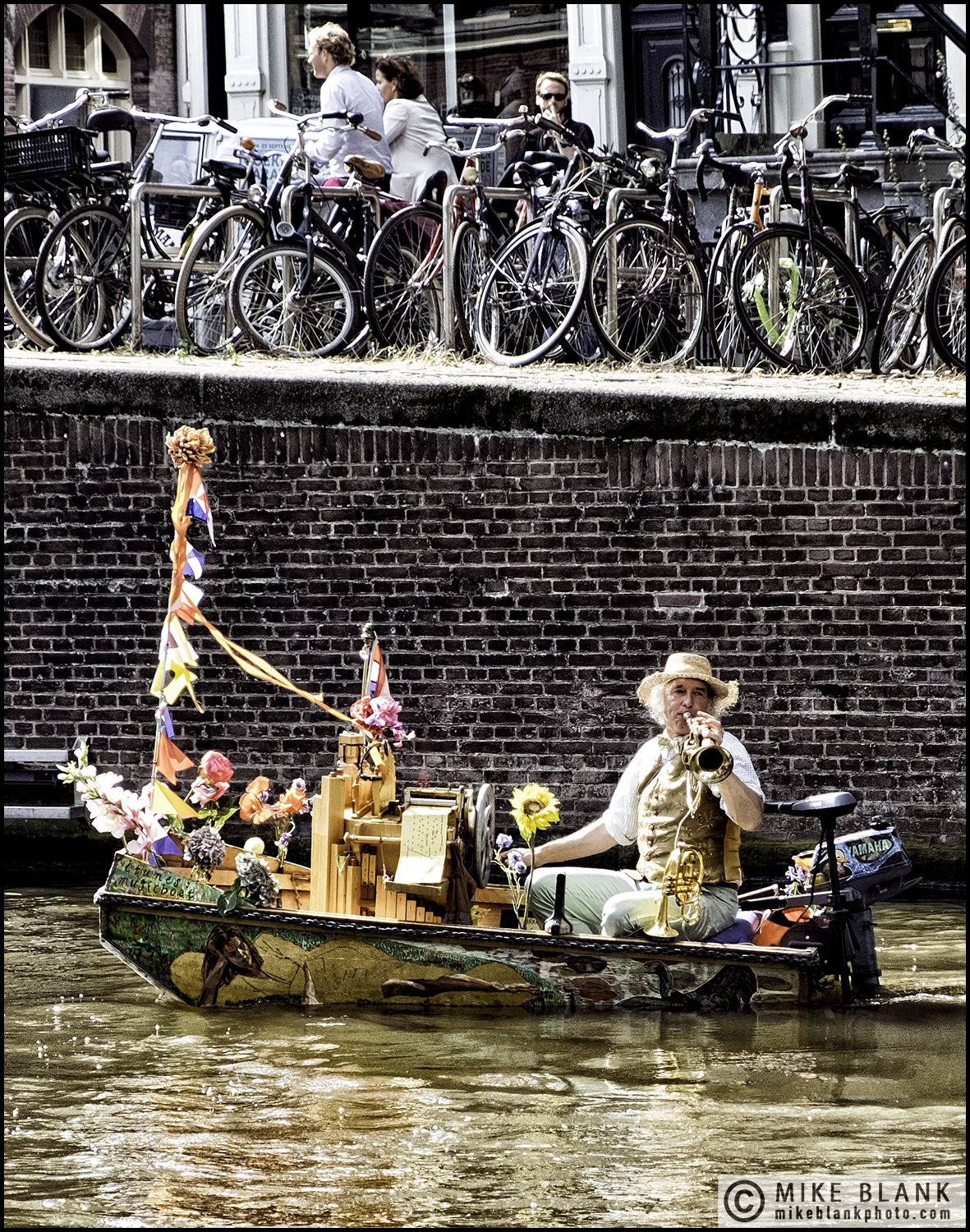 Canal entertainer