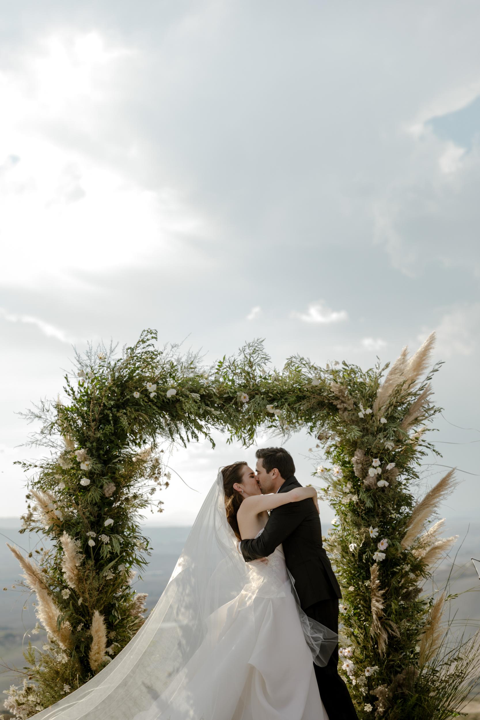 06_flower-arch-wedding-in-tuscany.jpg