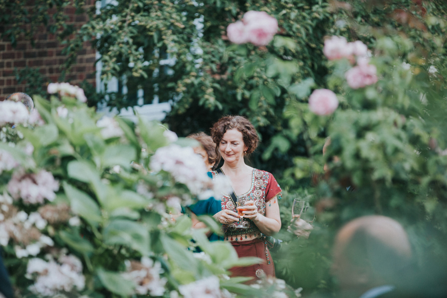 131-London-Wedding-guest-reportage-rose-bushes.jpg