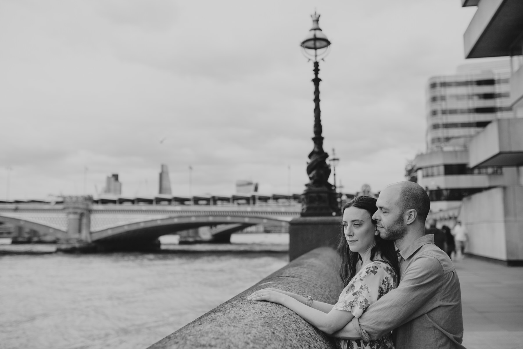 17-couple engagement photos on Thames riverside_.jpg