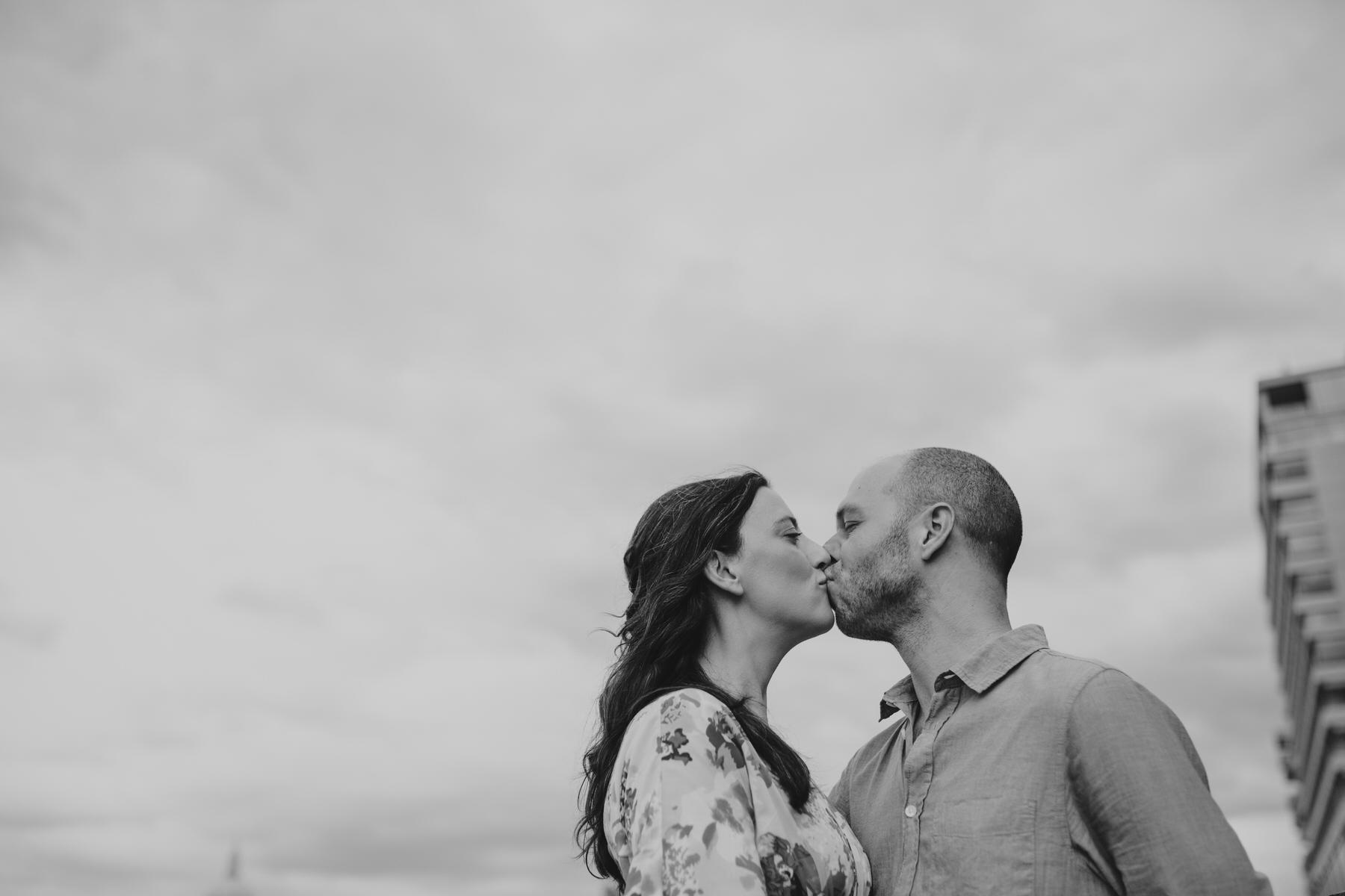 20-couple engagement photos on Thames riverside_.jpg