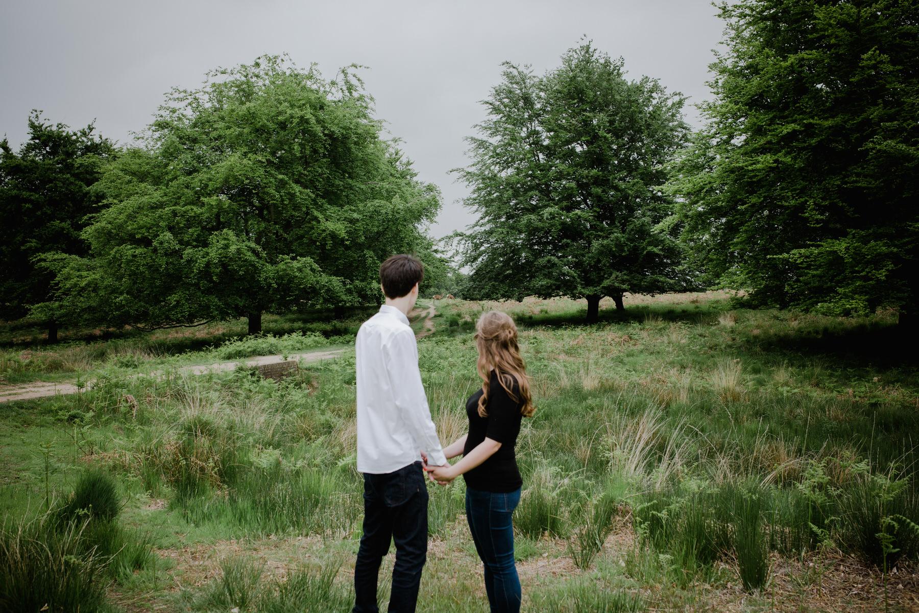 22-romantic London forest engagement shoot.jpg