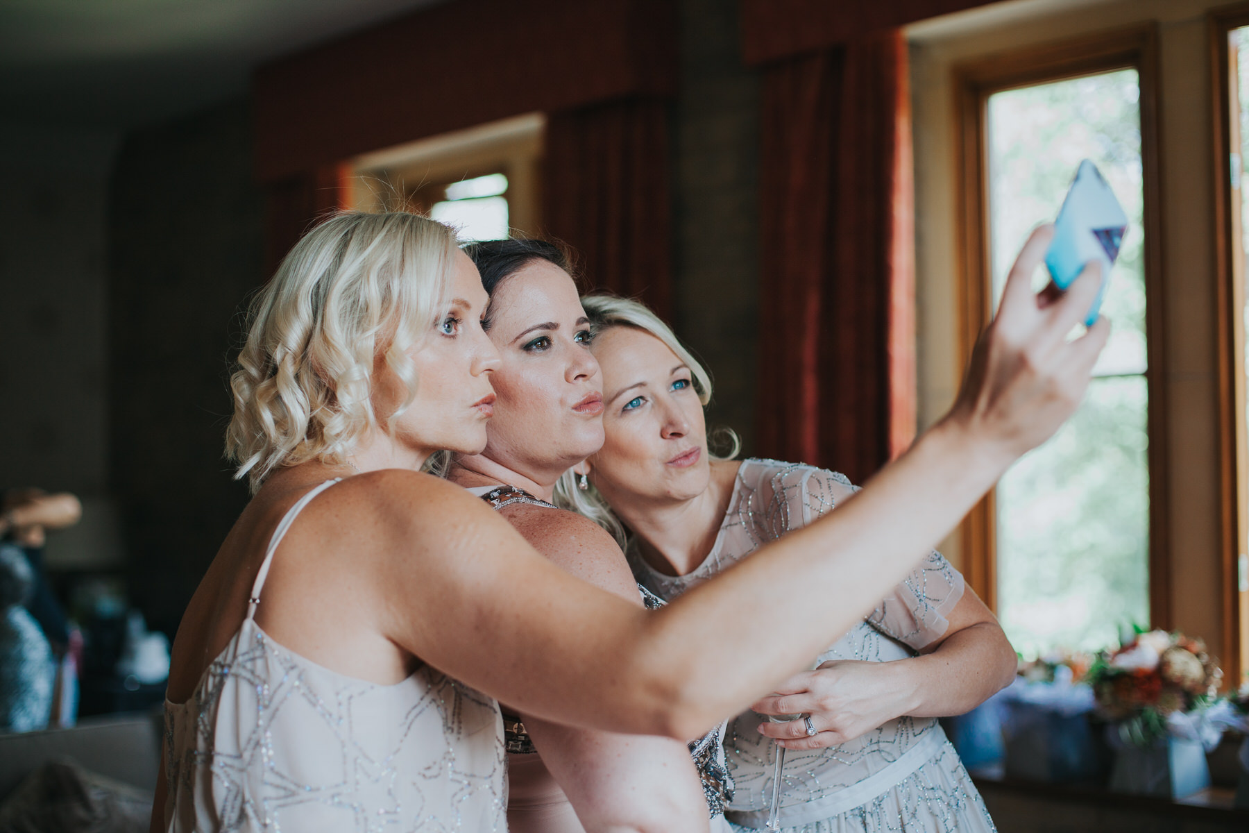 48 bridesmaids duckface selfie wedding reportage.jpg