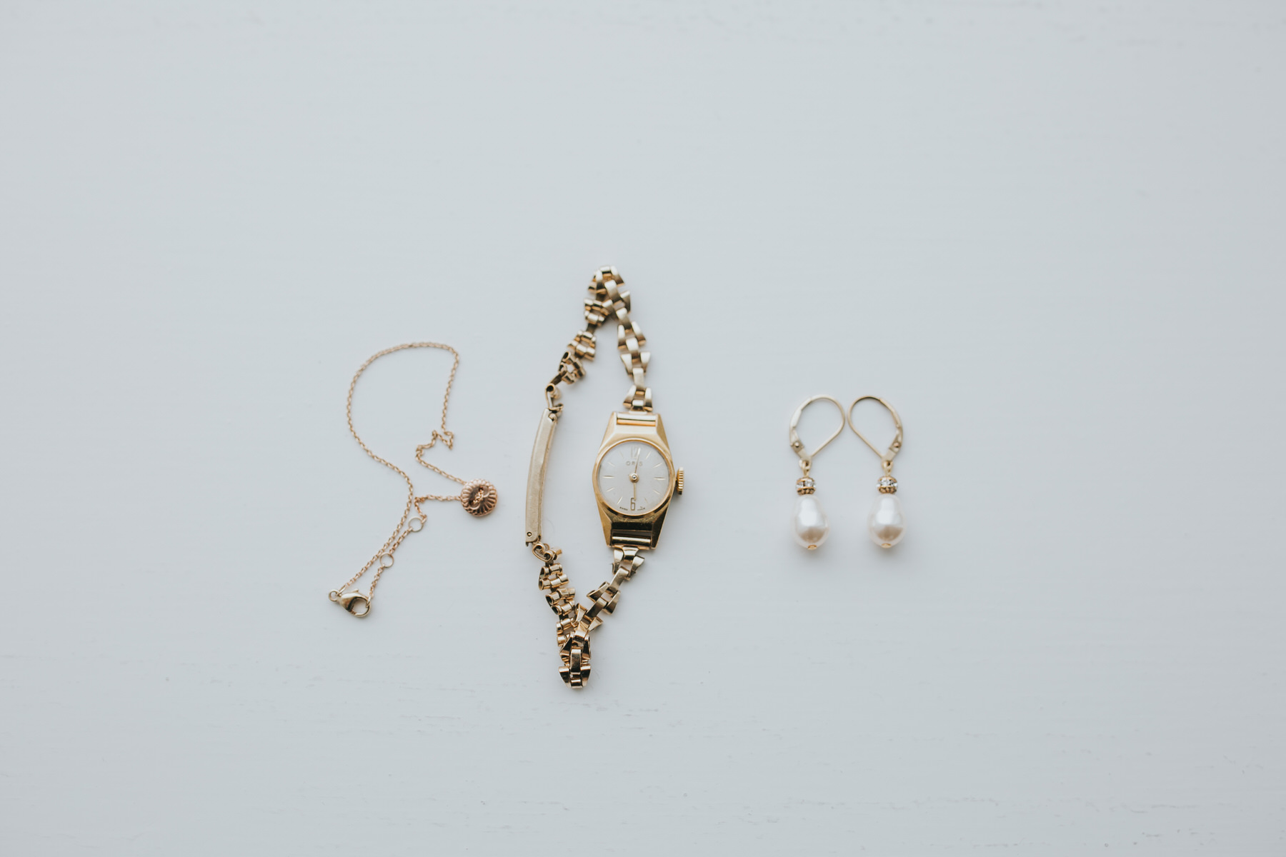minimalist brides gold jewellery Yolande De Vries Photography.jpg