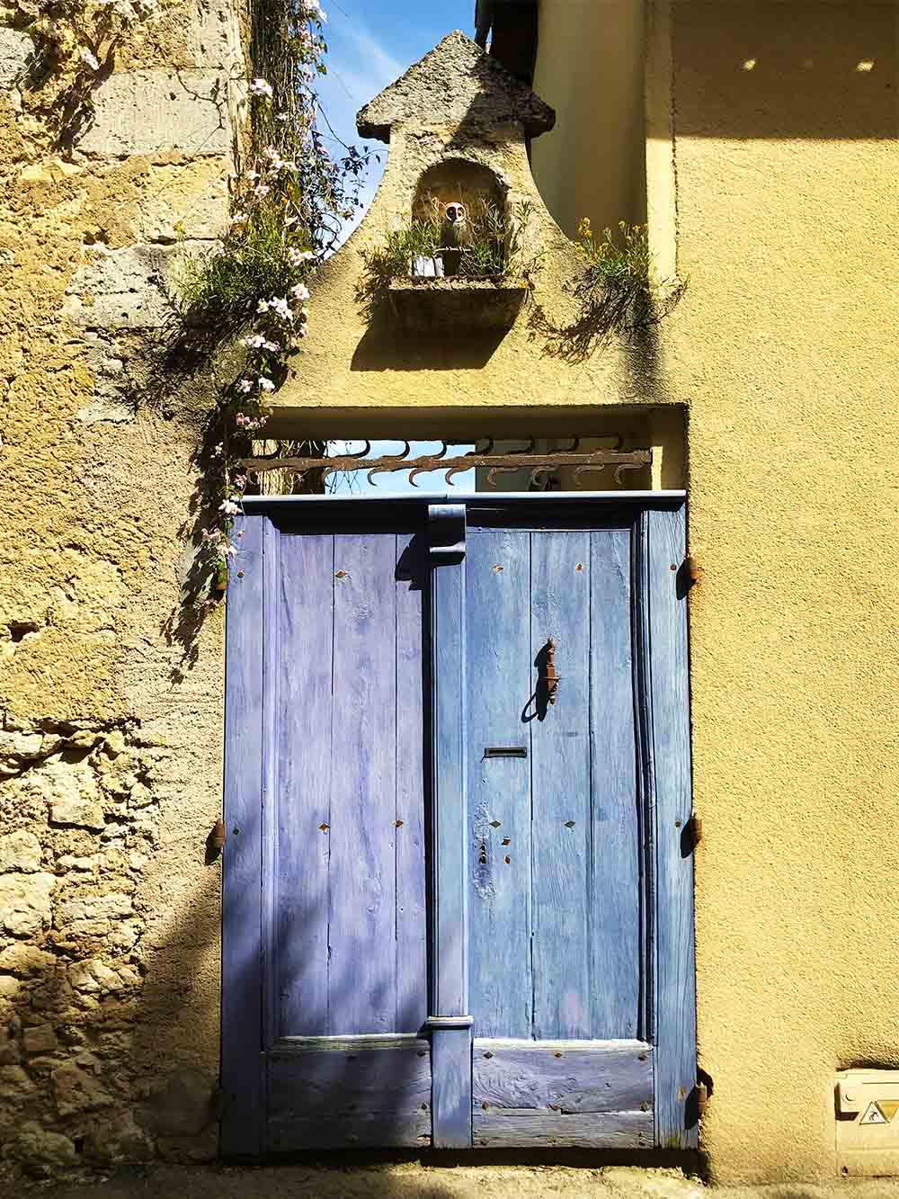 We went for a stroll through the back streets of Lectoure, a very ancient city which was settled and fortified in the Iron Age. I loved this rustic lavender front door, set against the limestone walls.