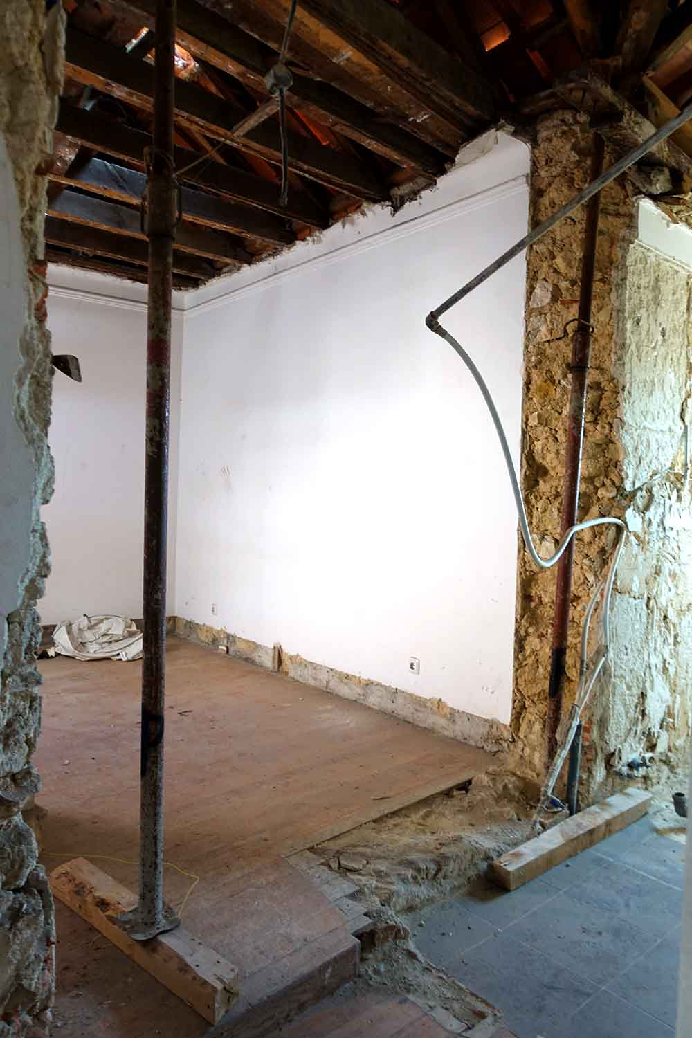 The current plans specify a roof terrace to be built above this room, which would give the apartment some very desirable outdoor space.
