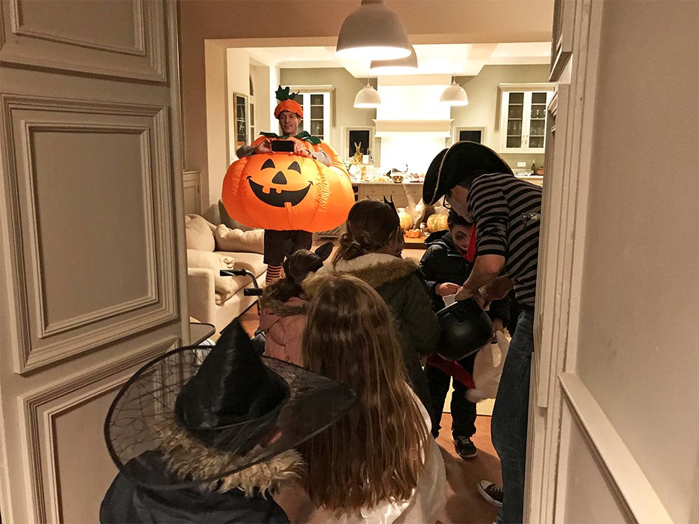 There were so many children that they all ended up inside our kitchen, eagerly awaiting their turn to put their hand in our cauldron of sweets.