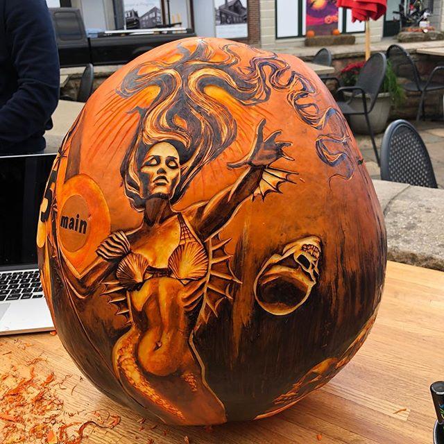 Throwing skulls . . . . . . . #jackolantern #pumpkin #carving #pumpkincarving #mermaid #siren #skull #skulls #bones #trident #hair #sharpie #prismacolor #prismacolorgreyscale #greyscale #grayscale #fall #85main @85main #art