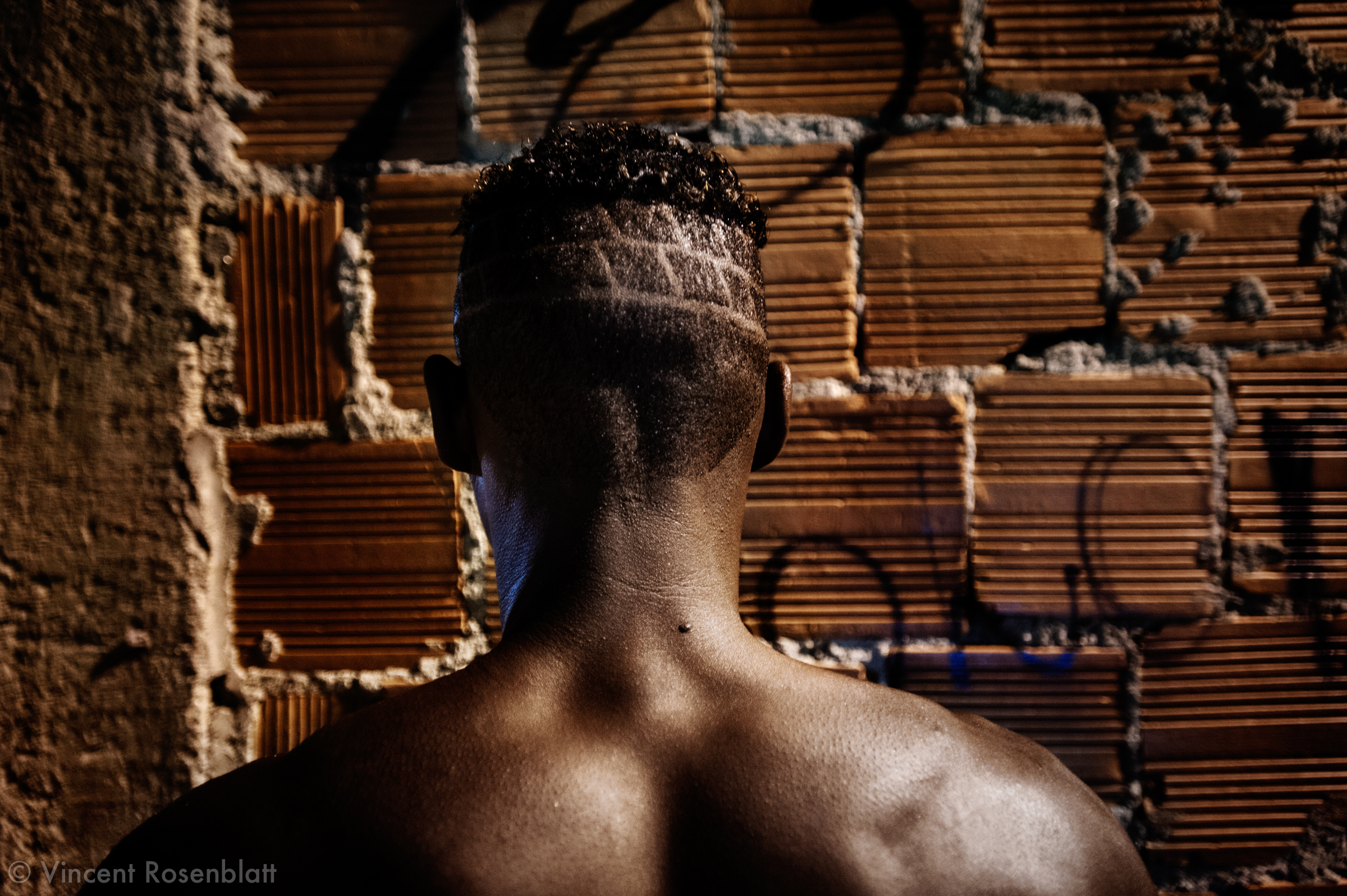 The carioca Funk movement is fashion and look as well : the boys will use their shaved heads as a screen. Here a designed brick wall evokes the favela's architecture.  Everything is worth to attract the girls' attention!