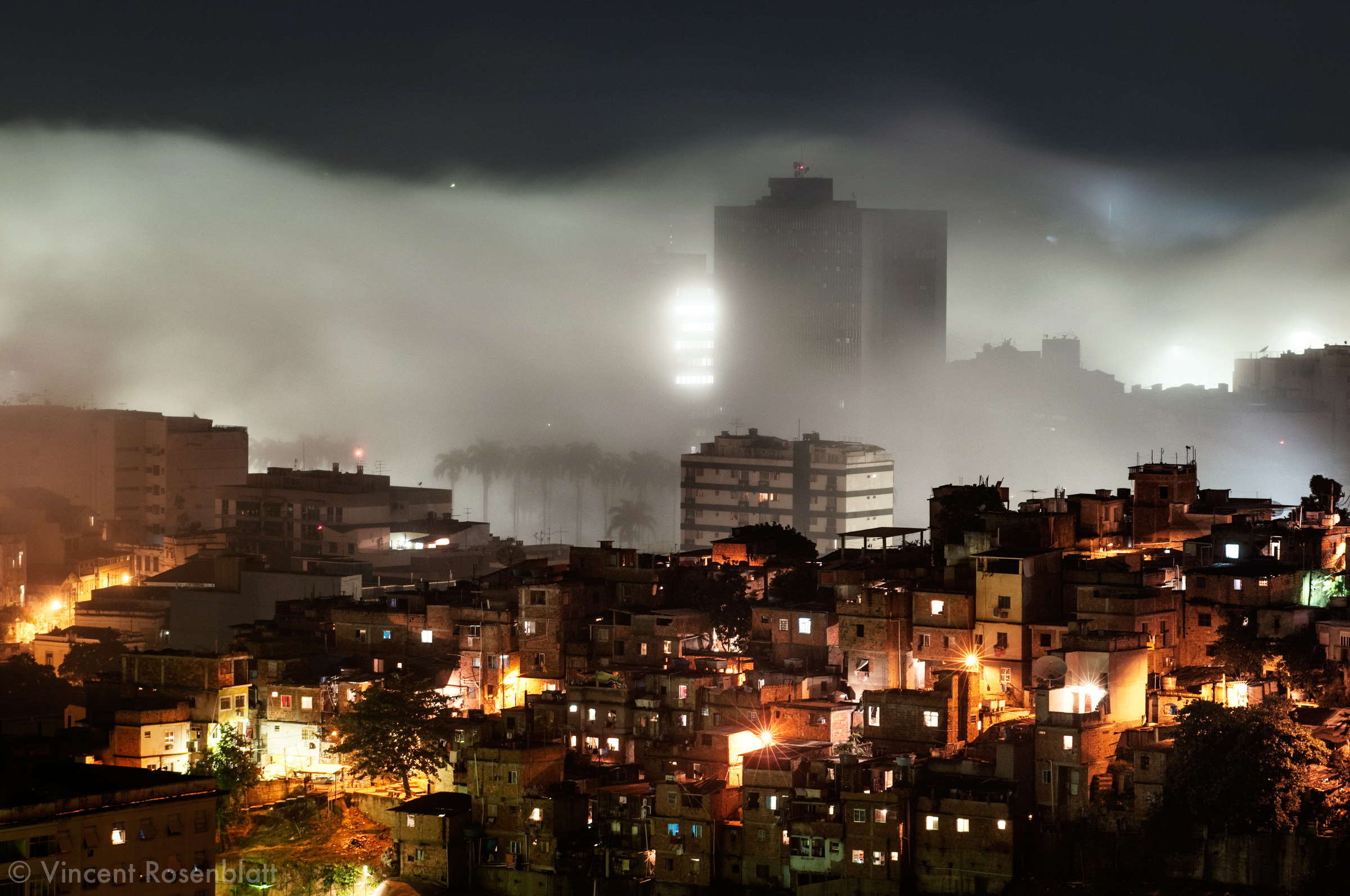 A sudden fog, coming from the sea, appears and covers the borough of Flamengo : on the foreground, the favela Santo Amaro..