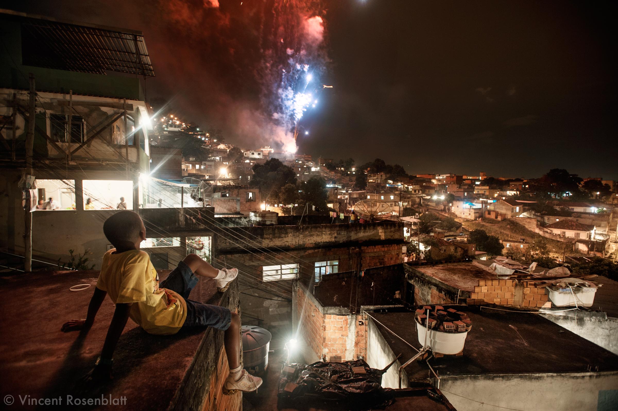 Revelhão no morro da Arvore Seca, Complexo do Lins, Rio de Janeiro. // New year's eve 2009 in the Complexo do Lins' favelas, Northern Area of Rio. Far from the beaches and Copacabana, the favelas treat themselves to their own fireworks.