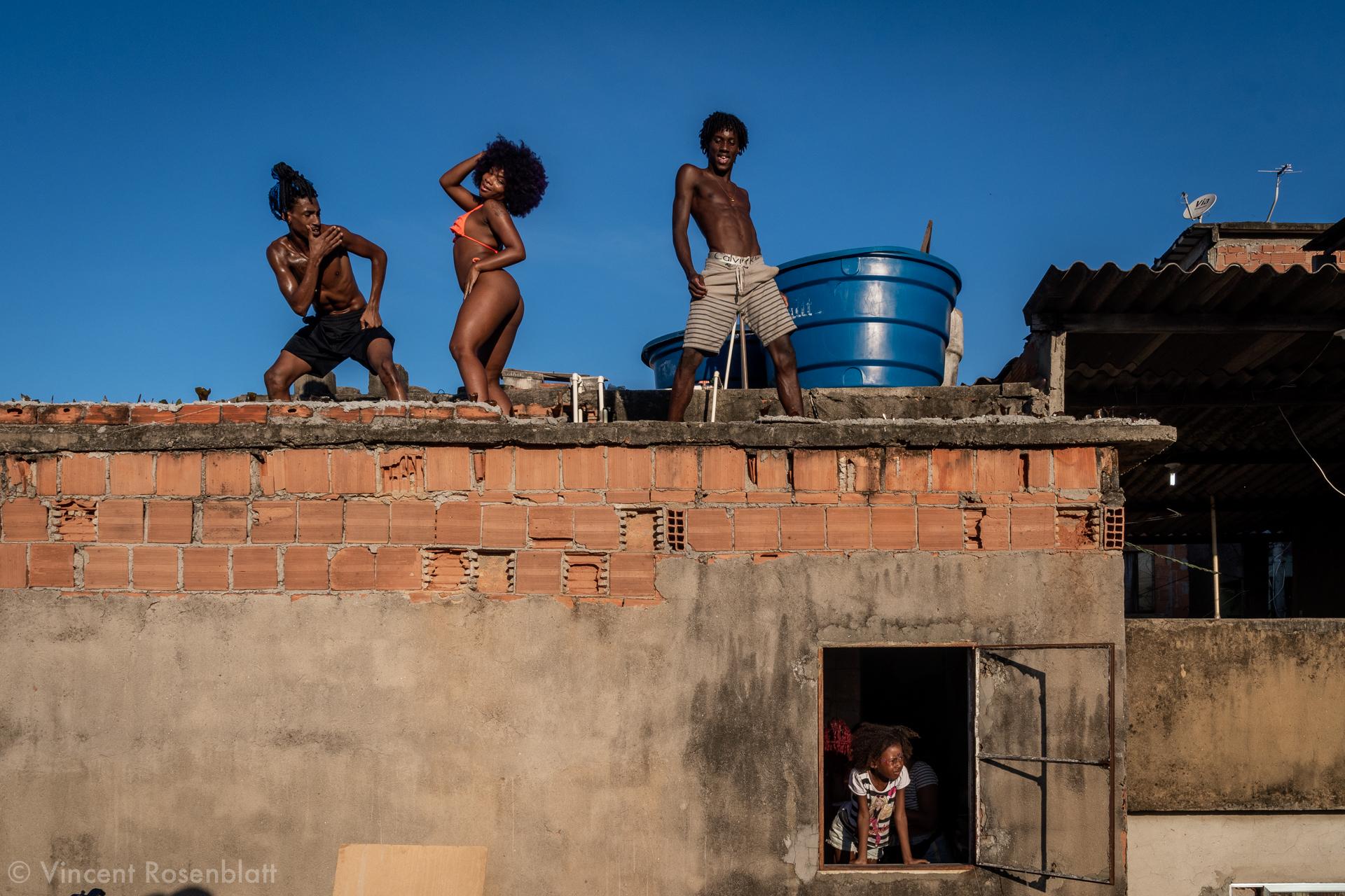 Grelinho de Diamante - MC Baby Perigosa feat MC Tchelinho & Heavy Baile - videomusic recorded in Vila Cruzeiro, Complexo da Penha, Rio de Janeiro