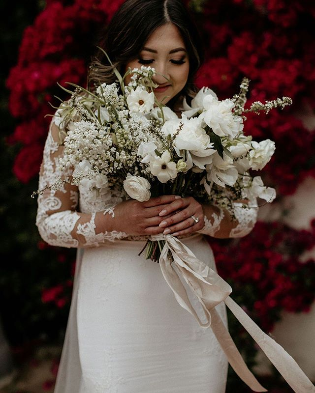I've almost got my hands back on flowers and I'm so excited to get back into the swing of things.  I'm teaching a 1:1 with @thevelvetflorist on Wednesday and I finally have a wedding next weekend! I'm so ready. #wildmusefloral  Photo: @forloveandlight