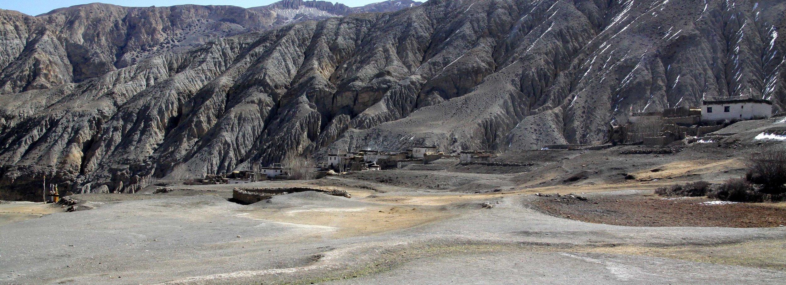 Le nom du village est Tibétain, traduit en phonétique Anglaise, cela donne Dhey; Mais les villageois quand il écrivent en Anglais sur des documents officiels l'écrivent Dhye . Nous retenons leur Orthographe mais le prononçons Dhey.