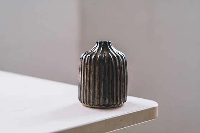 Carved vase by our member @janne_cornish, Photo @arturrummel  #stoneware #ceramicvessel #ceramicvase #carvedclay 🙏❤️