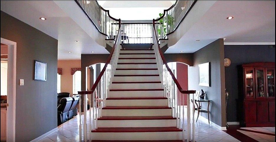 entrée-magnifique-escaliers-158-Mtee-Stevenson-Havelock-qc.jpg