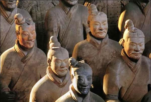 Soldados de infantería china en el ejército de terracota, punto de entierro de Qin Huang Di, primer emperador de China y un victorioso líder de la antiguedad.