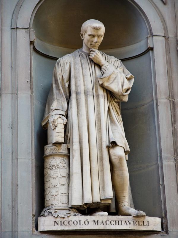 """Estatua en Florencia de Nicolás Maquiavelo, su obra """"El Príncipe"""" es reconocido a partes iguales uno de los libros más influyentes de la historia y un tratado que inauguró la Ciencia Política como disciplina."""