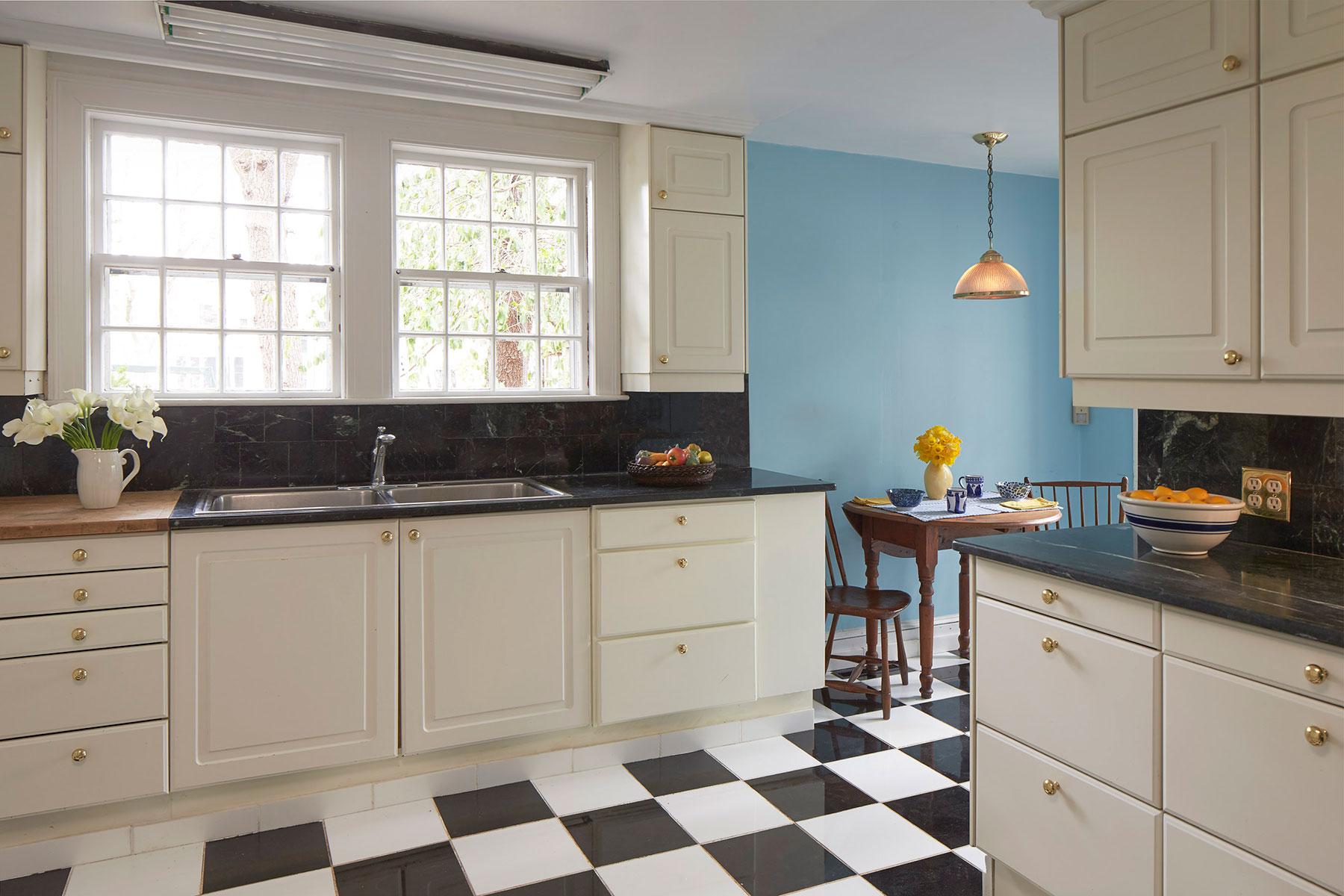 6---127_coolidge_hill_kitchen.jpg