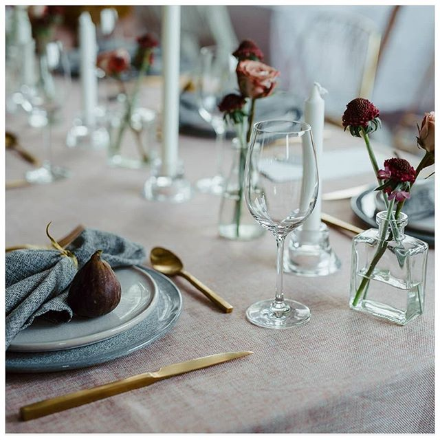 Sometimes the simplest tablescapes are the best. We loved pairing the beautiful blush and dove grey linens from @modernparty with their gold cutlery and  adding some timeless elegance with glass vessels and candlesticks. The finish touch was, of course, some beautiful blooms.