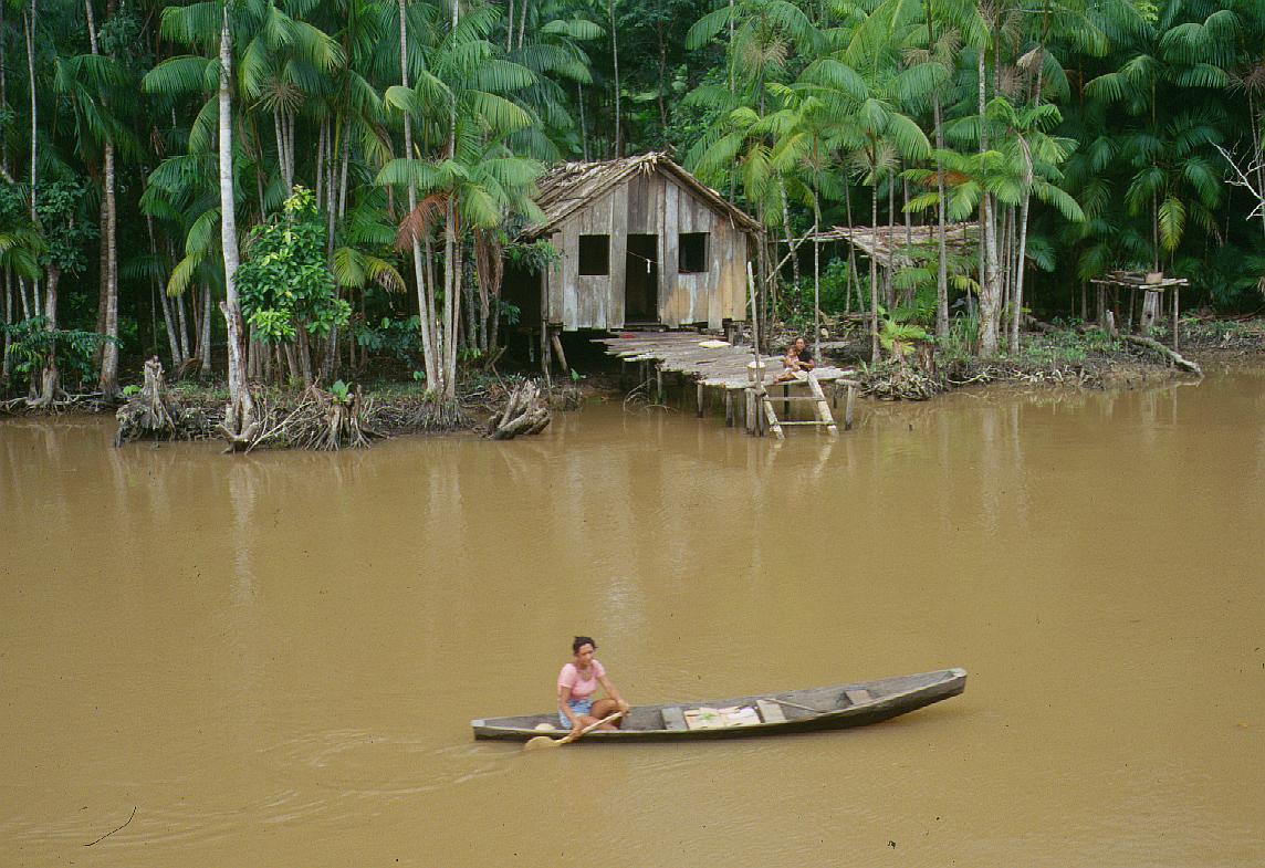The inhabitants along the riverbanks of the Amazon are known as  Riberenos . photo: Erik Olsen