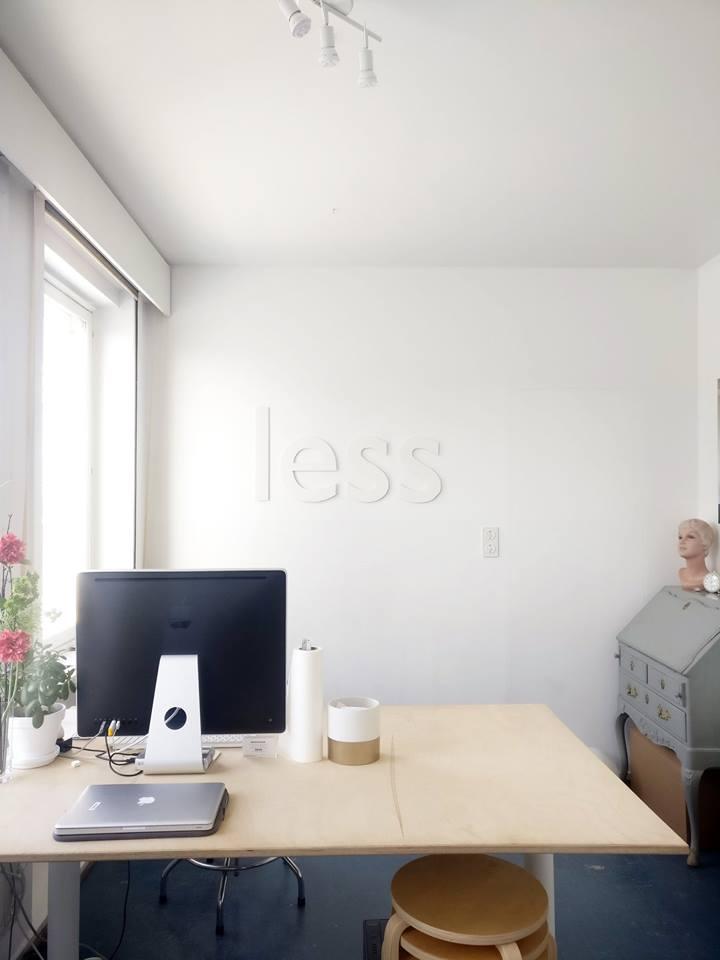Isompi huone käsittää ison työpöydän (sähköpöytä)