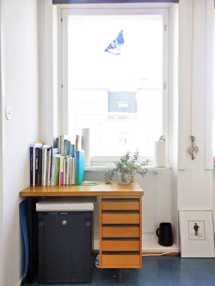 Sivupöytä kätkee allensa jääkaapin, sekä lisätilaa papereille ja toimistotarvikkeille.