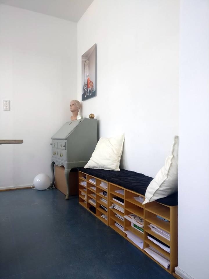 Huoneen sivulla oleva penkki palvelee samalla A4-kokoisten paperien säilytyksessä.