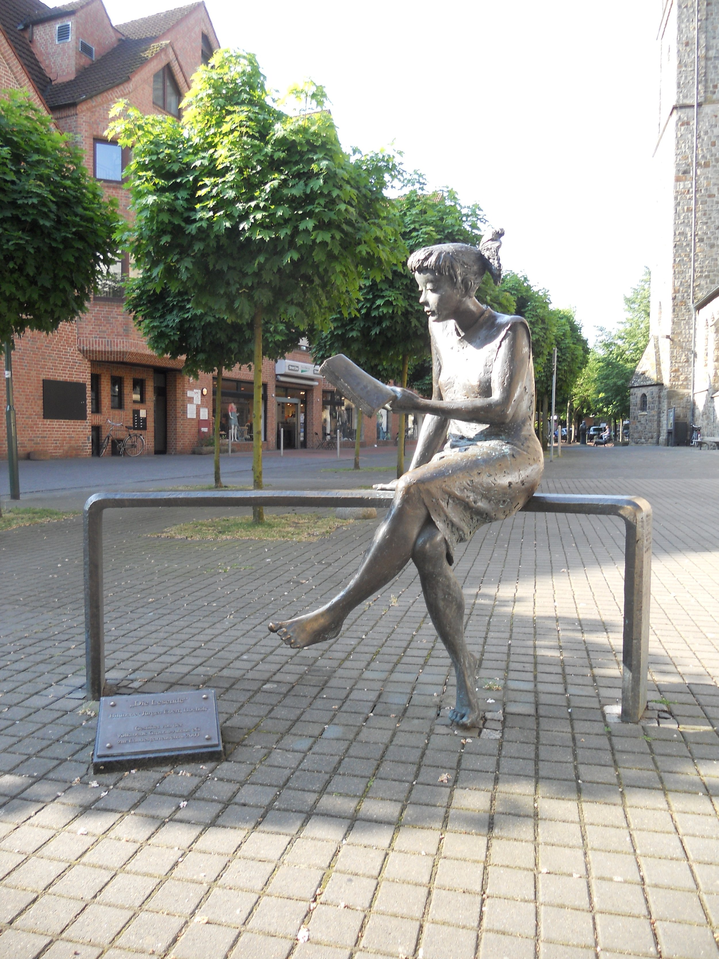Pienikin teos voi muodostaa ilahduttavan maamerkin, josta paikka muistetaan. Teos: Die Lesende, Juergen Ebert, Gronau (Westfalen) (Wikimedia Commons)