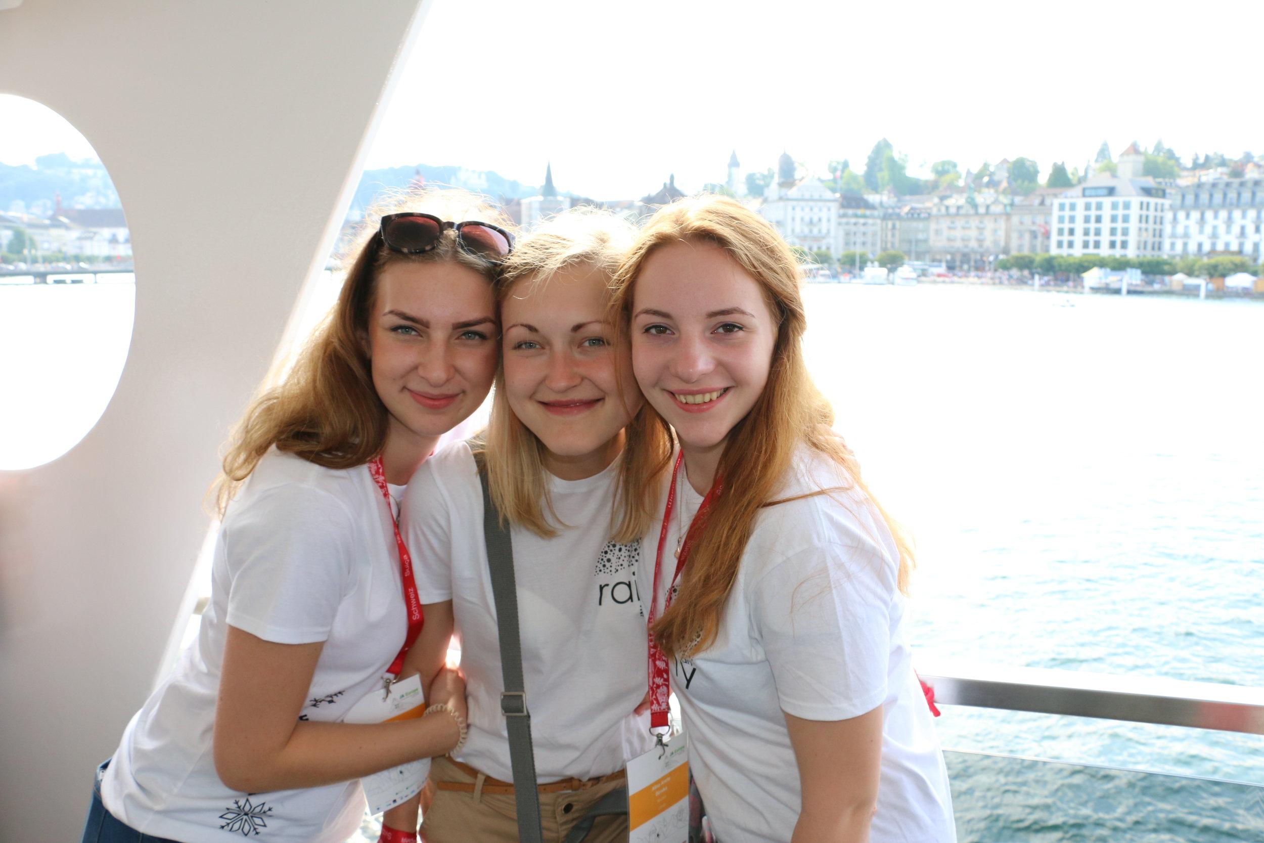 Agnese Slišāne kopā ar savām skolniecēm Alīnu un Zandu Šveicē, piedaloties starptautiskajā skolēnu mācību uzņēmumu konkursā.