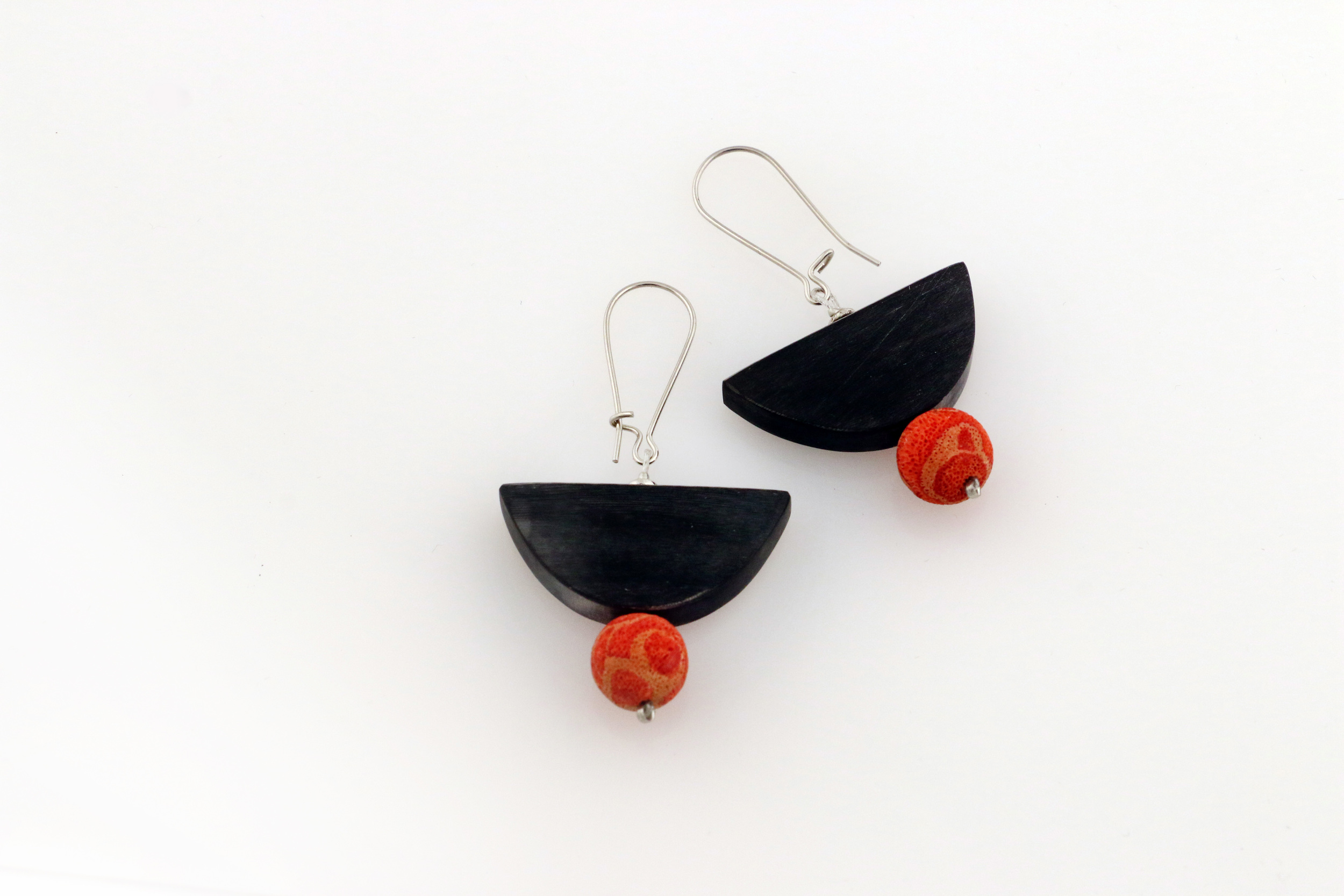 Earring H101 Horn Halfmoon Black Mat Red 30.jpg