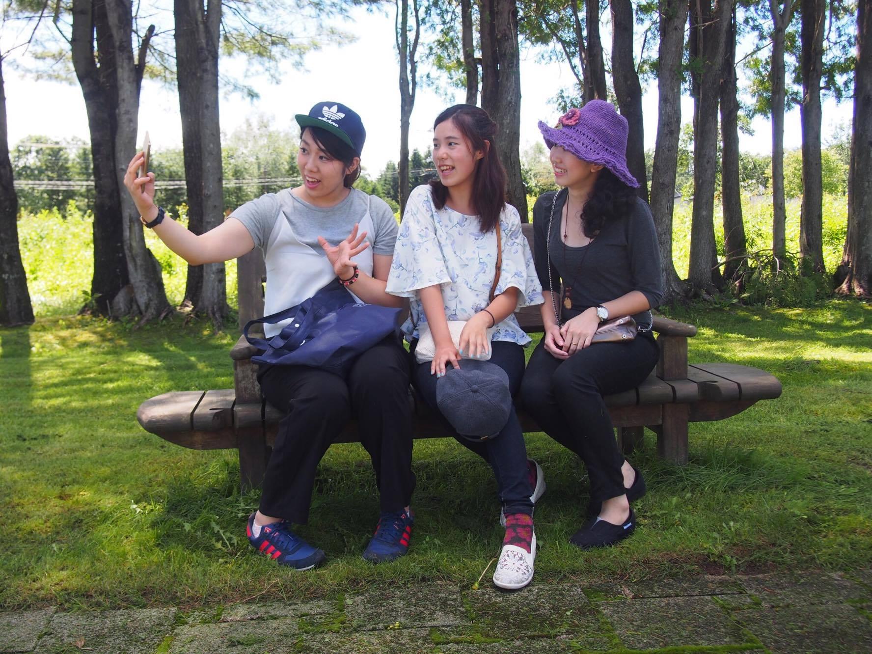 日本人参加者のゆにちゃん(中央)とミュウさん(右)。部屋でのガールズトークは万国共通でした。笑