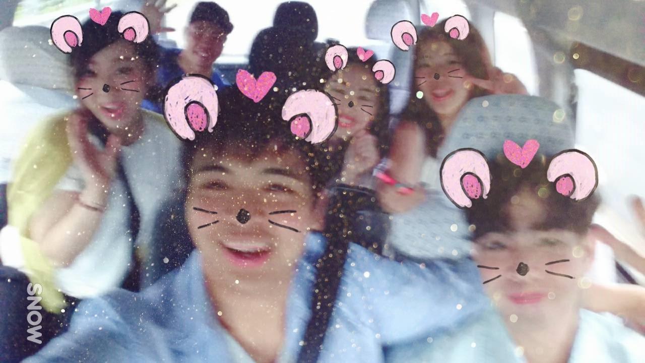 *バスの中では、はやりのアプリ「SNOW」を使って大盛り上がり。次第に、仲良しになっていきます。
