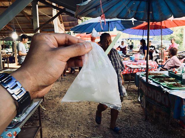 実入りココナッツジュース!20バーツ(70円)こんなパッケージが一般的www #タイ #バンコク #旅行 #卒業旅行