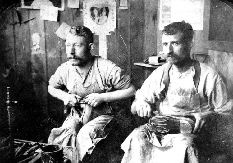 Hand Finishing army boots Earls Barton 1903-1905.jpg