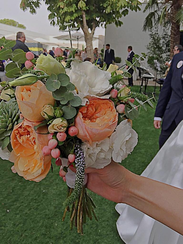 Look how beautiful was the bouquet!/ Mirad qué bonito era el ramo!
