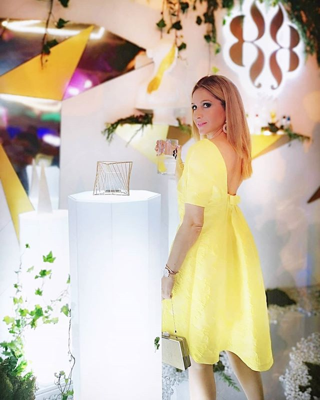Os dejo con uno de los momentos de la #mbfwmadrid en el #kissingroom de @devotaylomba✨Y vosotras, prestáis atención a las propuestas de las pasarelas? . . 👗 By @gloriavelazquezofficial . . #mbfwmadrid#style#yellowdress#style#trends#cocktaildress#gloriavelazquez#stylish#tendencias#moda#blogdemoda