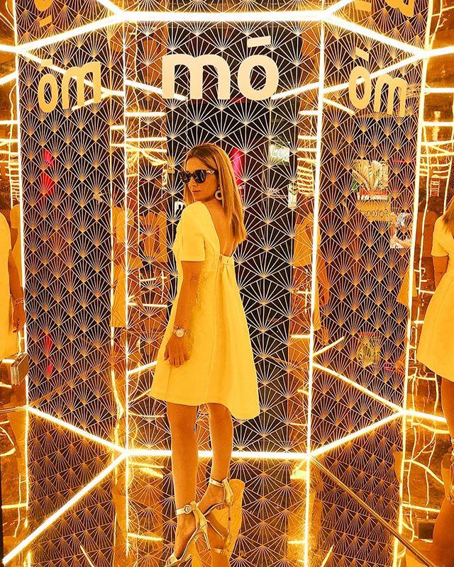 El otro día en la #mbfwmadrid también pude conocer la nueva colección de @juanjooliva para @moeyewear... Y claro... La foto era obligada... Parecía que habían diseñado el decorado para mi vestido... 💛 Qué tipo de gafas de sol os gustan a vosotras? Feliz viernes!!! . . 👗 By @gloriavelazquezofficial . . #gloriavelazquez#mofrontrow#yellowdress#fashionphotography#trends#tendencias#moda#style#lovethisdress#eyewear