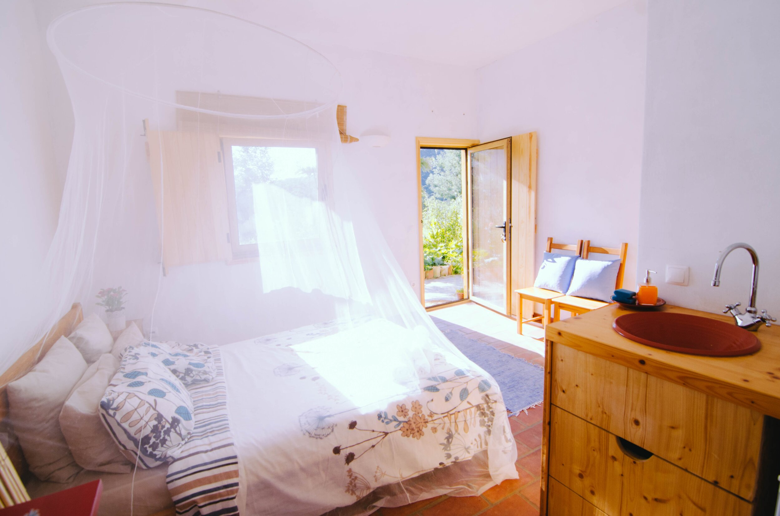 SHARED DOUBLE ROOM   - TWIN BED  - BATHROOM / SHOWER INSIDE THE ROOM  - KITCHENETTE   PRICE: 1280 EUR / PER PERSON