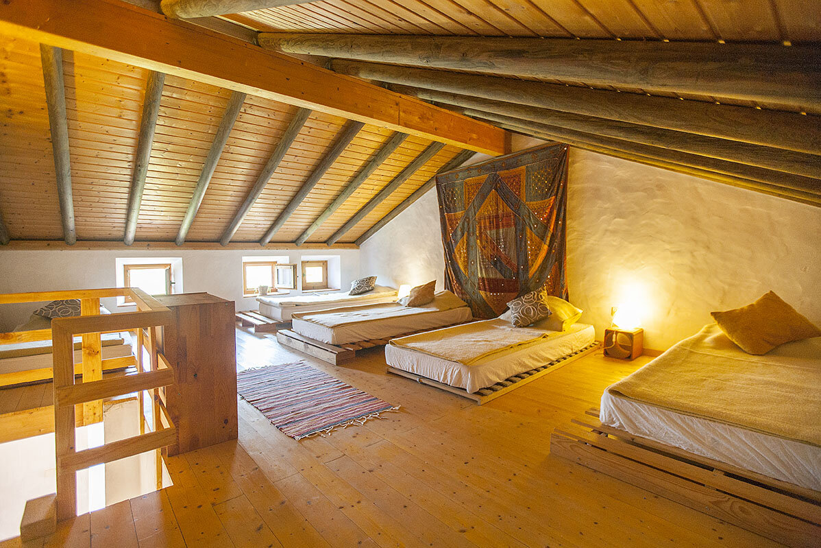 LOFT - FUTON BEDS   - SHARED ROOM. MAX 5 PEOPLE (TWIN BEDS)  - GENDER NEUTRAL ROOM  - SHARED BATHROOM / SHOWER / TOILET  - MORE COMMUNAL SHOWER / TOILET AVAILABLE CLOSE BY   PRICE: EUR 1050 / PER PERSON
