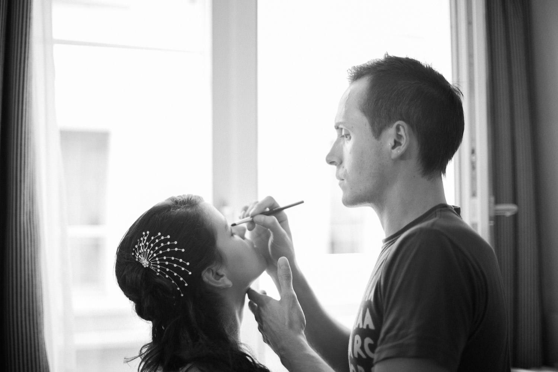 Vorbereitung mit schwarz-weiss Hochzeitsfotos