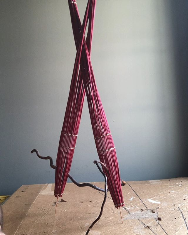 Midollino forms, contrasting organic line: curly willow, construction: tripod. #floralstructure #floralconstruction #midollino #floraldesign