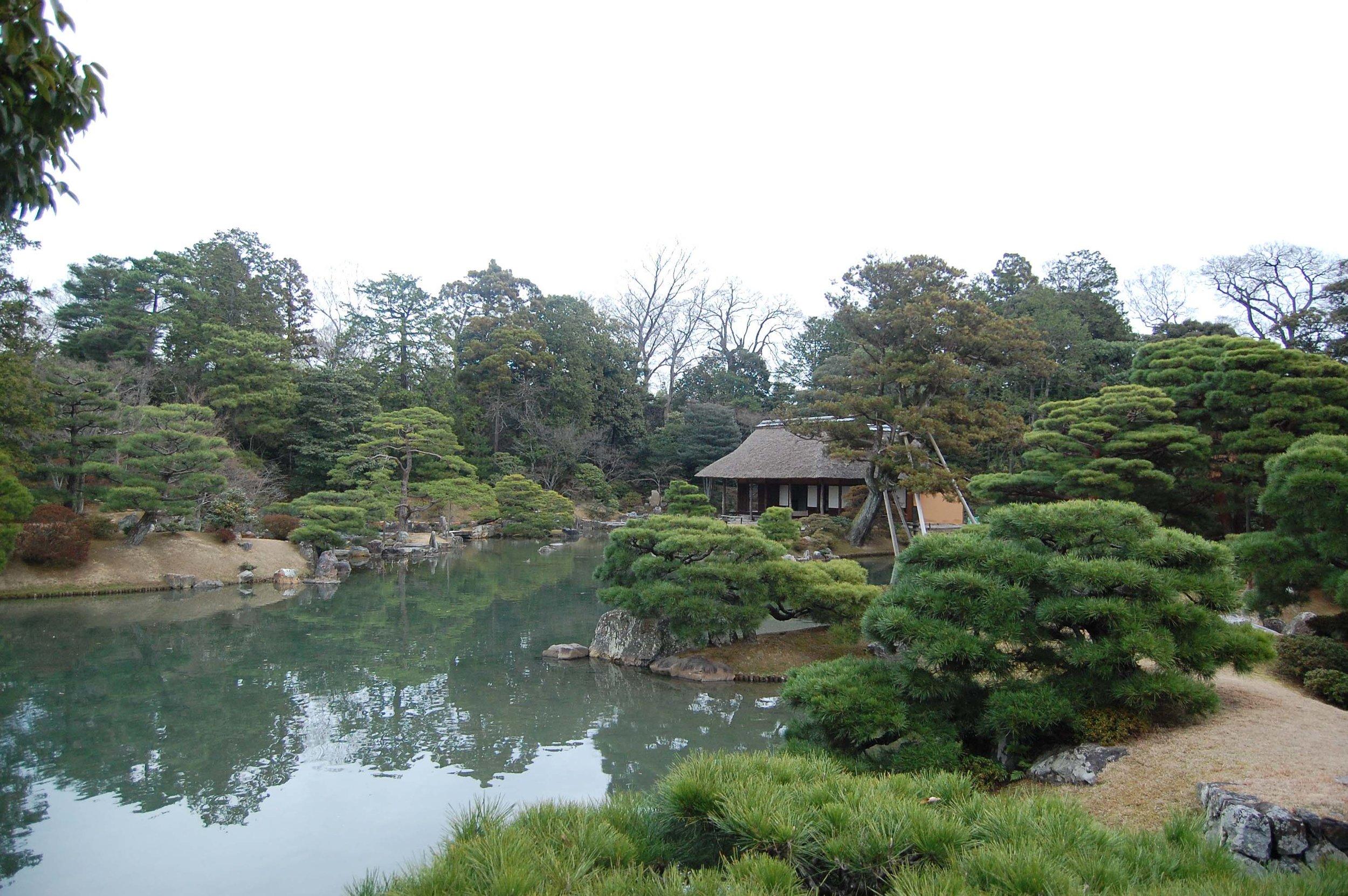The garden at Katsura Imperial Villa, Kyoto, with  Shokin-tei  teahouse in the background. (photo: Raphael Azevedoo Franca, public domain image, WikiMedia Commons)