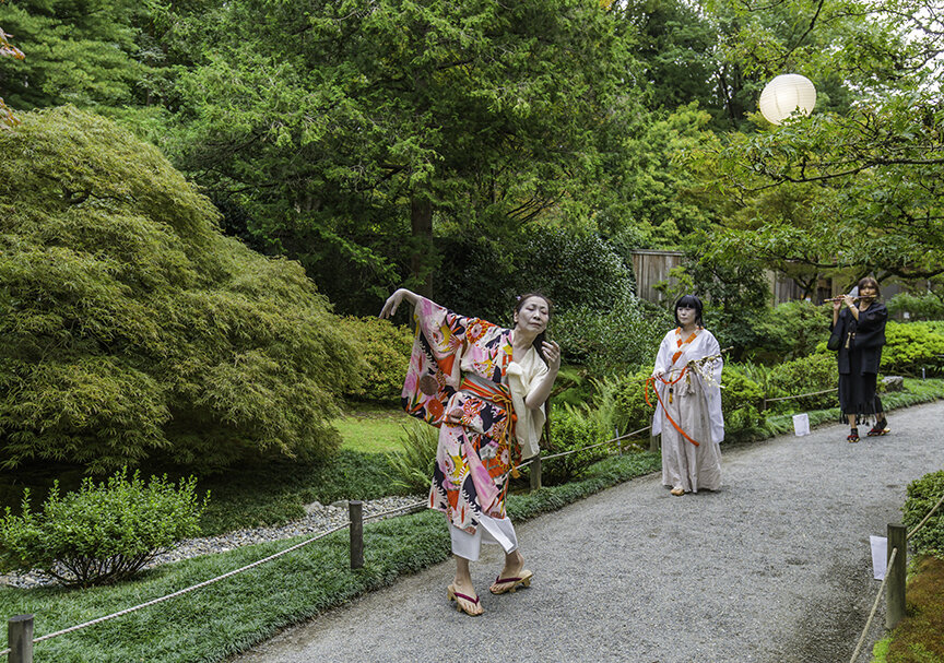 Butoh dancers, Kaoru Okumura and Tomoko Hill accompanied by Asako Tateishi on fue leading guests into the garden (Photo by SlickPix Photography)