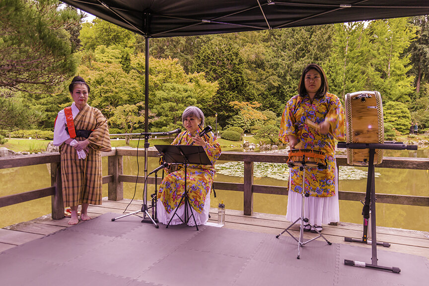 Traditional Okinawan music and dance by Mako & Munjuru on Moon Viewing Platform (Photo by SlickPix Photography)