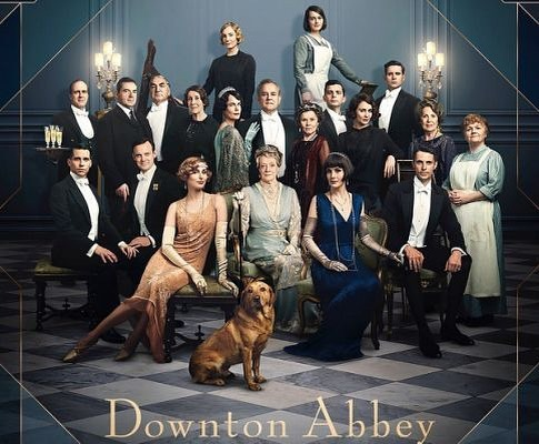 Ready to watch an advance screening of @downtonabbey_official movie; unfortunately, we left the white tie and tails at home 🎩👑🍾🥂 #downtownabbey #movie #granthams #carson #ladymary #ladyedith #dowagercountess #downtownabbeyfilm #houndstoothinteriors