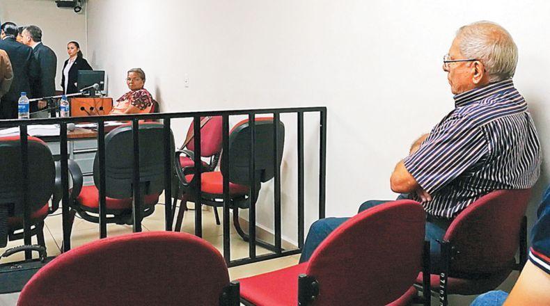 María del Rosario López Sánchez (witness) looks at ex-Air Force Commander Juan Rafael Bustillo (accused) /  Photo La Prensa Grafica