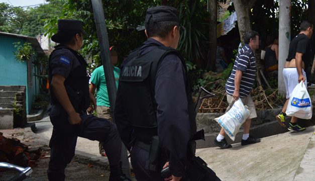 On November 22nd, the PNC guarded a forcibly displaced family in Apopa while they removed their belongings from their home. There were no arrests. / DEM