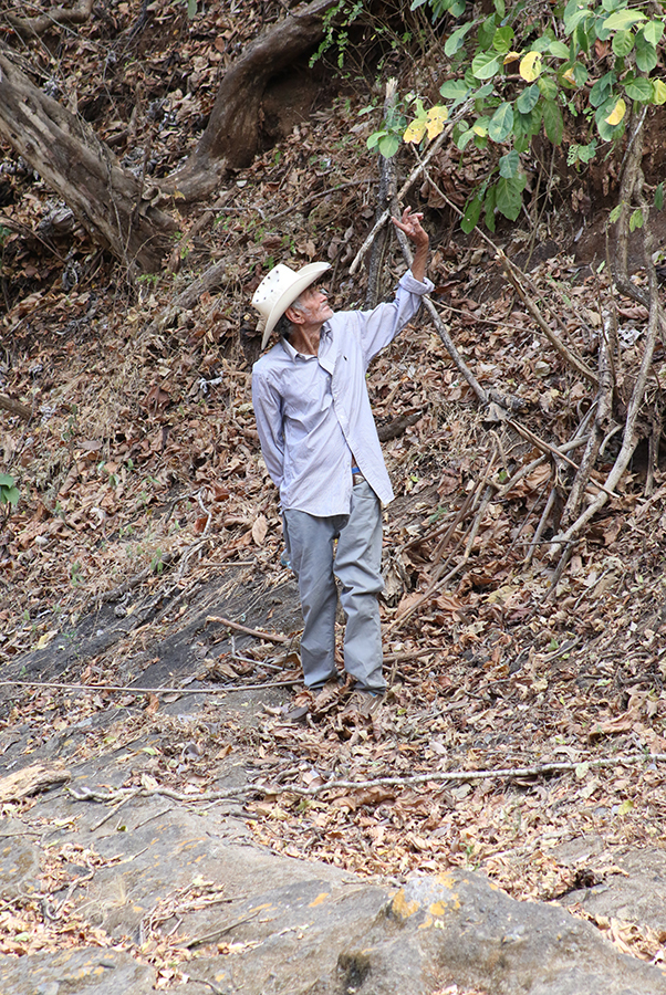 Amado Carrillo, the main witness in the El Calabozo case, points to places along the Amatitán River where he saw the Atlacatas he describes the 1982 massacre of hundreds of unarmed villagers by the Atlacatl Battalion.   / Photo Cristosal