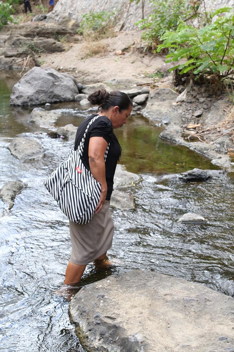 A massacre survivor crosses the   Amatitán River  on January 26, 2018 / Photo Cristosal